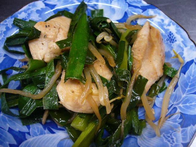 鶏むね肉と登米市産ニラの塩炒め。。