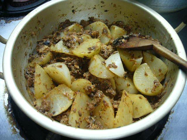 何も足さない、、サバ缶と大根の煮物。。