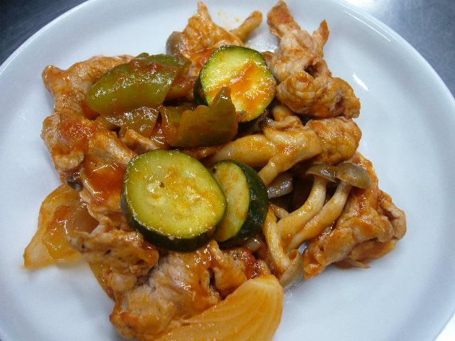 豚肉と登米市産ズッキーニと玉ねぎで基本のトマトソース炒め。。
