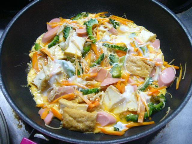 本日のゴーヤ料理、ゴーヤの卵とじ。。