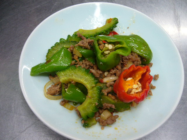本日のゴーヤ料理、登米市産ピーマンとひき肉で炒め物。。